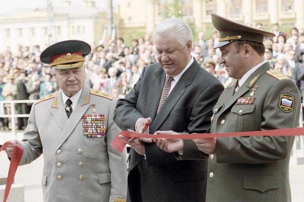 Президент РФ Борис Ельцин, министр обороны Павел Грачев и председатель Российского комитета ветеранов войны Владимир Говоров открывают памятник маршалу Георгию Жукову на Манежной площади во время празднования Дня Победы. 9 мая 1995 года.