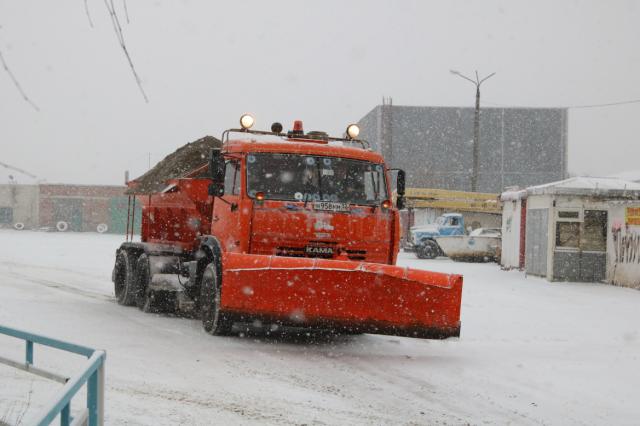 Дорожная техника помогает жителям муниципалитета добираться домой и на работу.
