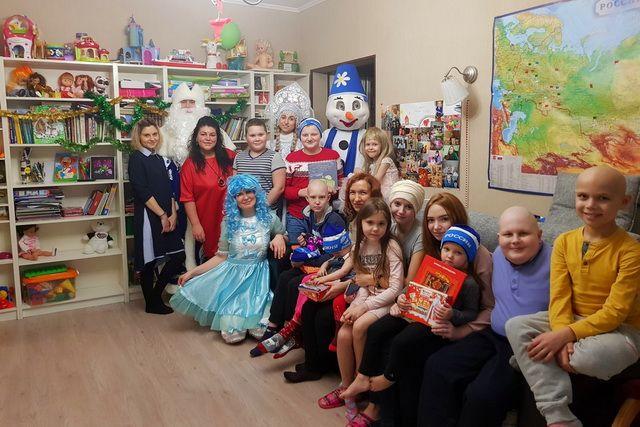 Детей поздравили Дед Мороз и Снегурочка.