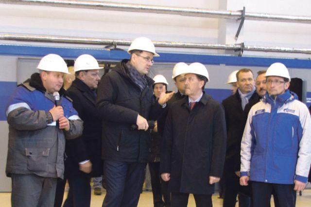Александр Бабаков и сотрудники Острогожского ЛПУМГ рассказали губернатору и почётным гостям о значении новой станции.