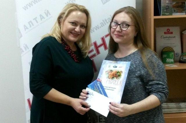 Главный редактор АиФ-Алтай Анжелика Соболева вручает приз Елене Дубской.