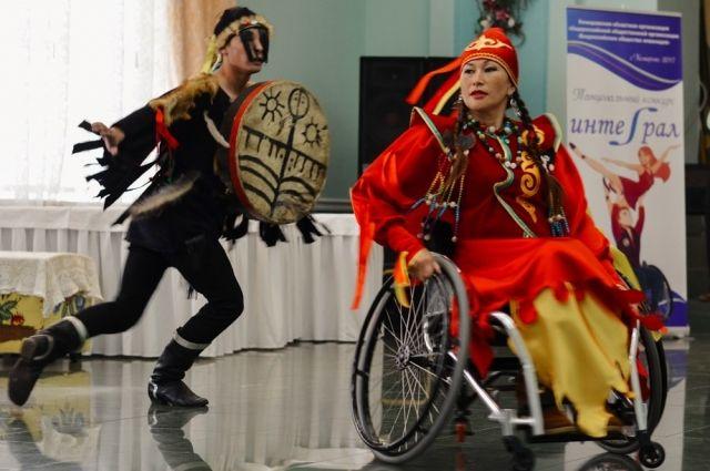 Алтынай танцует в коляске.