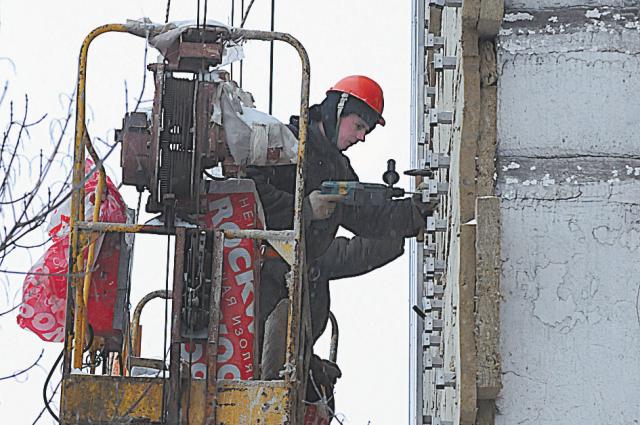 В Омске определили подрядные организации для проведения работ по капитальному ремонту многоэтажек.