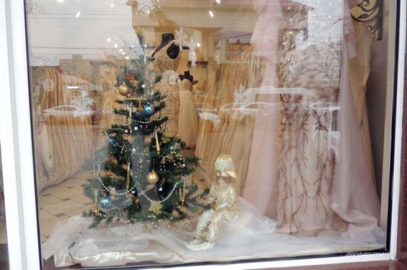 Елка в витрине магазина свадебных платьев.