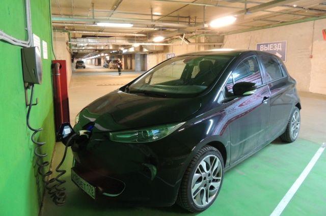 Внешне электромобиль не выделяется среди привычных машин.