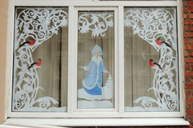 Окна краснодарской школы №71 тоже украсили картинками в духе русских сказок.