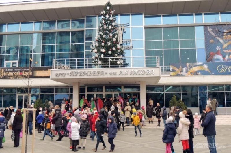 Елка на козырьке Музыкального театра Краснодара.