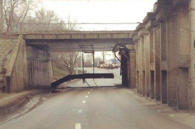 ВВоронеже наулице Землячки часть моста обрушилась, перекрыв дорогу