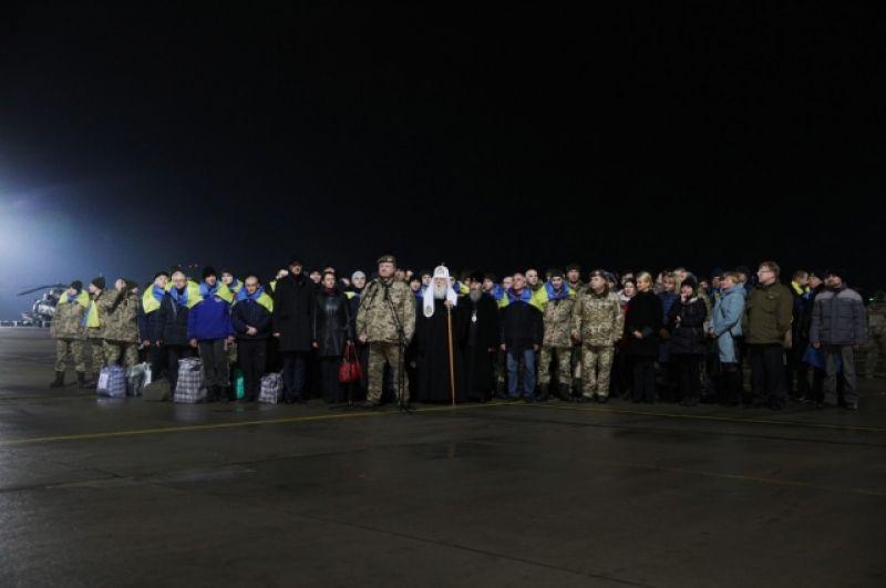 Уже ближе к ночи в аэропорту «Борисполь» в Киеве, освобожденных встречала делегация, среди которой также был и митрополит Филарет.