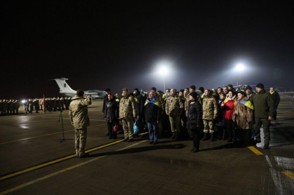 Через несколько минут освобожденные украинцы встретятся со своими родными и близкими.
