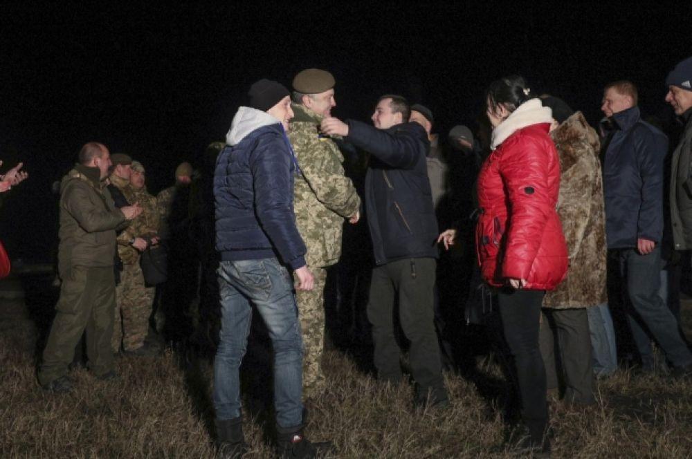 К этому моменту журналисты и чиновники начали раскрывать списки людей, которых обменяли на территории.
