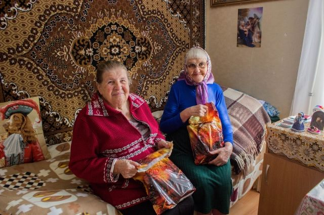 Новогодние подарки получили 470 бабушек и дедушек.