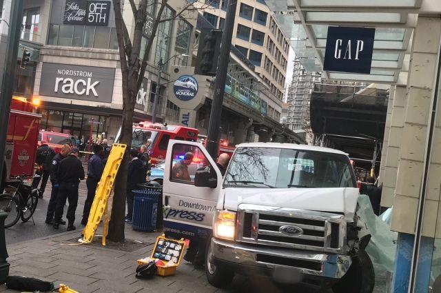 ВСША фургон сбил пешеходов натротуаре