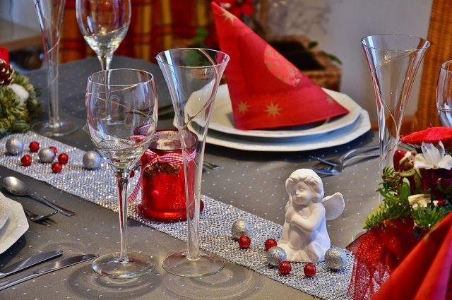 Рождественский стол также стоит празднично оформить