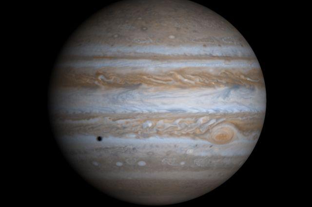 Расстояние до Юпитера сейчас составляет 882 млн км.