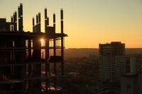 В Омске достроят многоэтажный дом по требованию суда.