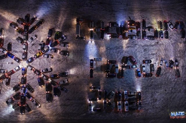 ВВоронеже сняли навидео огромную новогоднюю снежинку измашин