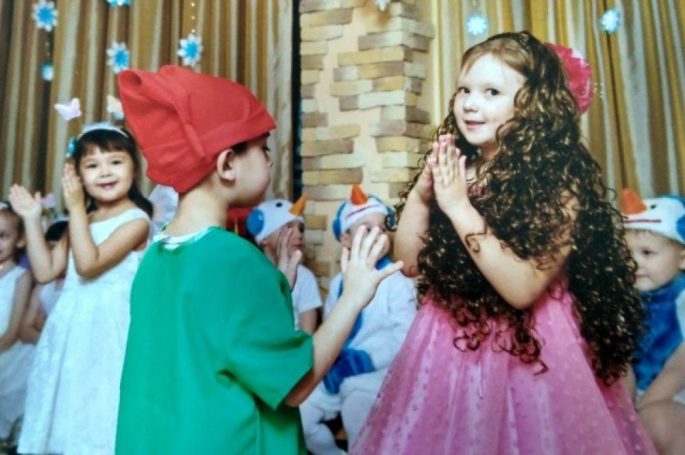 Маленькая принцесса - дочь Марии Шумаковой, вокруг гномы и снеговички.
