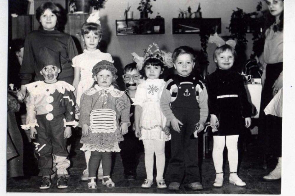 Костюм скомороха родители этого мальчика дополнили необычным гримом. Фото из архива Владимира Алексушина.