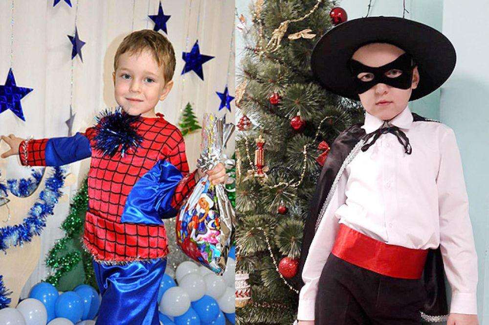 5-летний Егор стал Человеком-пауком, а 9-летний Ярослав предпочёл костюм отважного Зорро. Внуки бухгалтера еженедельника Людмилы Булычёвой.