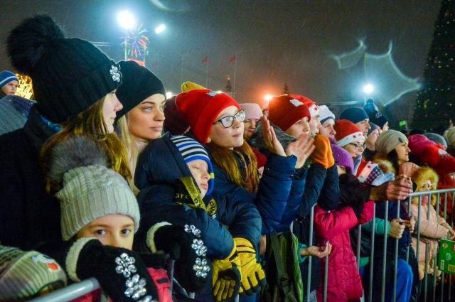 В толпе родителям и детям будет проще найти друг друга, если все будут одеты в яркую одежду.
