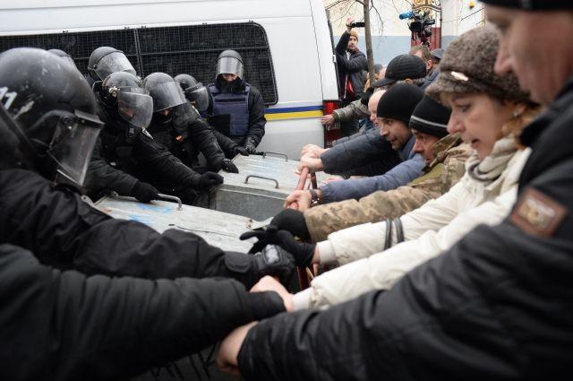 Около 1,5 тысячи полицейских пострадали в акциях протеста на Украине