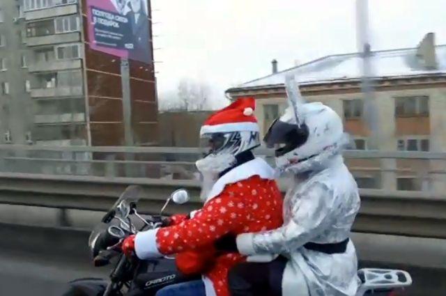Дед Мороз на мотоцикле разъезжает по улицам Тюмени
