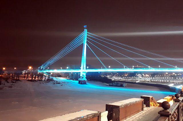 В Тюмени мост Влюбленных радует горожан праздничной подсветкой