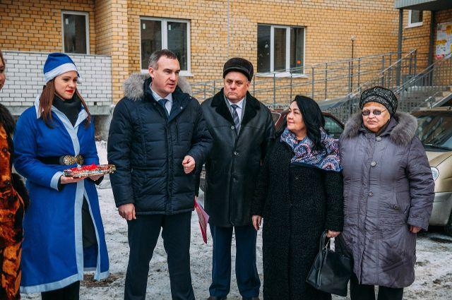 Тюменцы из аварийного жилья получили подарок к Новому году - квартиры