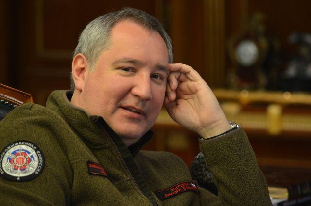 Рогозин вместе с таксой Николасом поздравил россиян с Новым годом