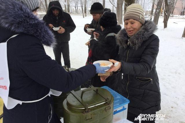 Бездомные получили комплексный обед от неравнодушных пермяков.