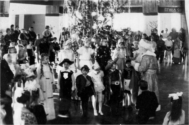 Праздники проходили не только в школах, но и на предприятиях для детей сотрудников.