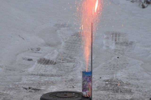 ВИркутске пожарные спасли 2-х девушек изквартиры, загоревшейся отпетарды