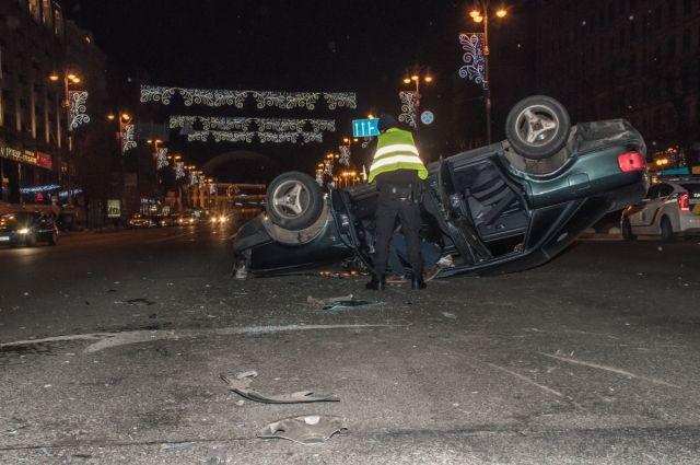 ДТП на Крещатике: перевернулся автомобиль, есть пострадавшие