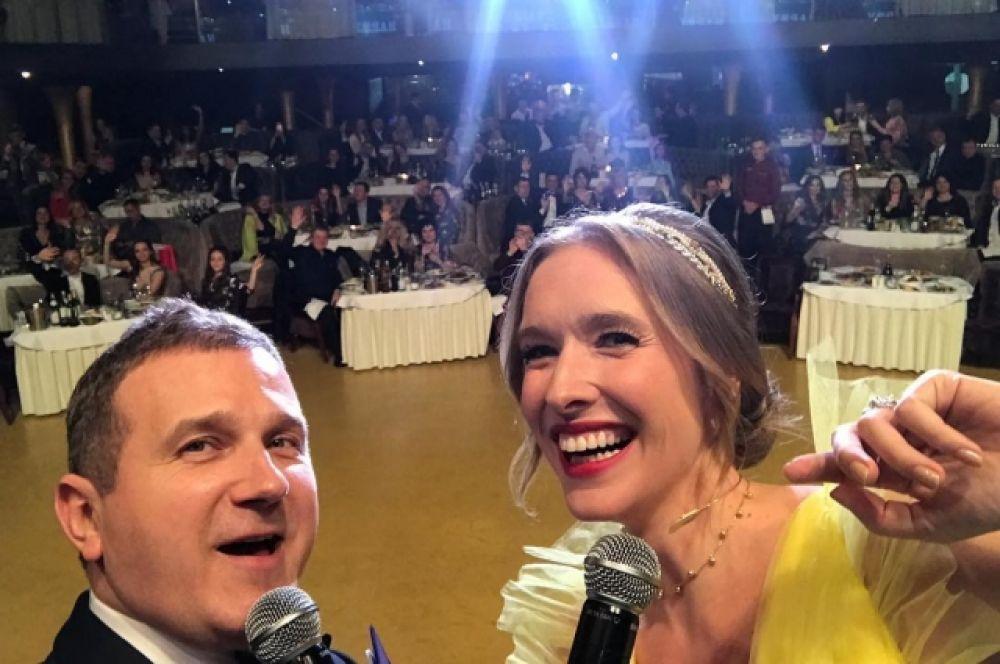 А вот супругам Юрию Горбунову и Кате Осадчей повезло - они, по всей видимости, отмечали Новый год на корпоративе в FREEDOM Event Hall, но самое главное - вместе. Оле Поляковой, к примеру, повезло гораздо меньше.