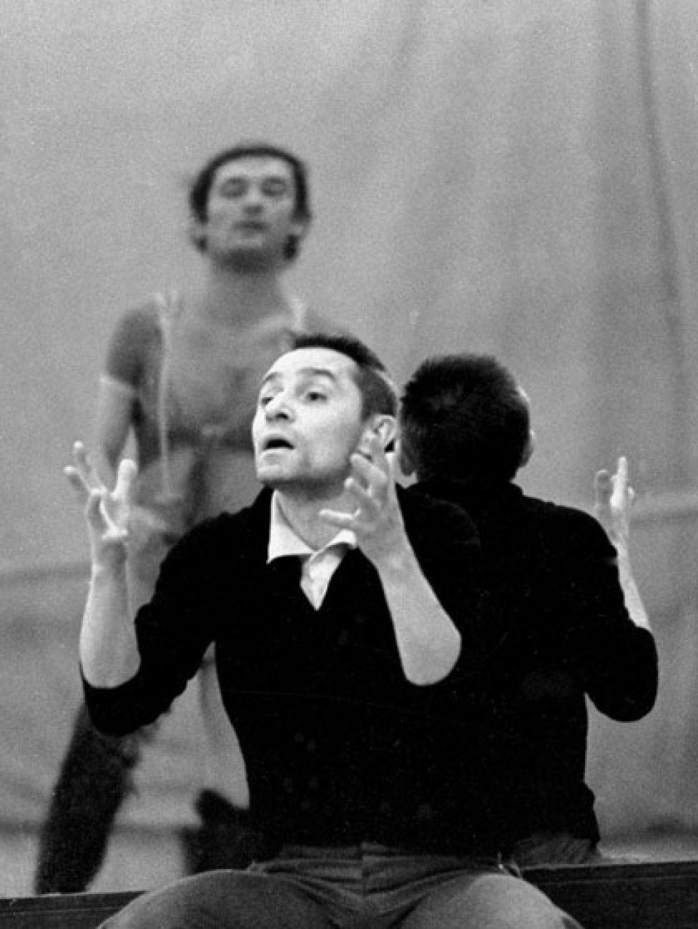 Народный артист СССР, главный балетмейстер Большого театра Союза ССР Юрий Григорович на репетиции. 1977 г.