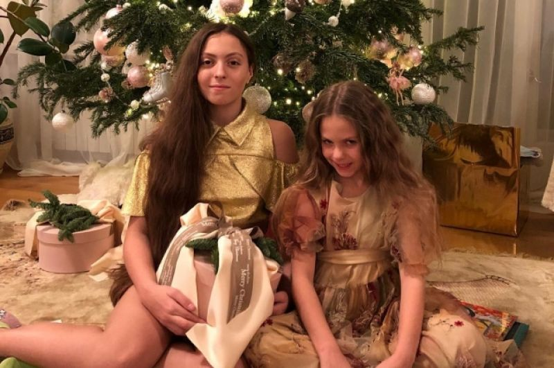 А вот дочери Оли Поляковой - Маша и Алиса, ждали домой маму-Суперблондинку, пока она дала целых два концерта в новогоднюю ночь. Надеемся, к семейному столу Оля все же успела.