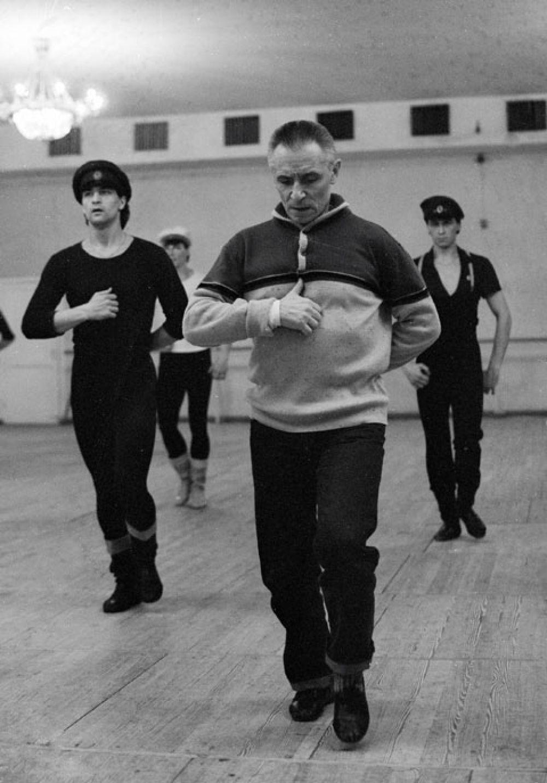 Главный балетмейстер ГАБТ Юрий Григорович (на первом плане) проводит репетицию. 1987 г.