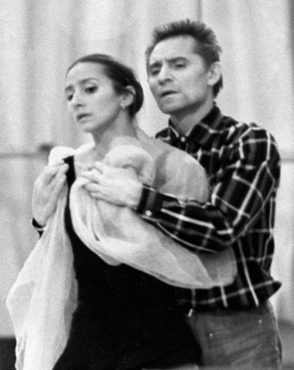Балетмейстер Юрий Григорович и балерина Наталья Бессмертнова во время репетиции. 1977 г.