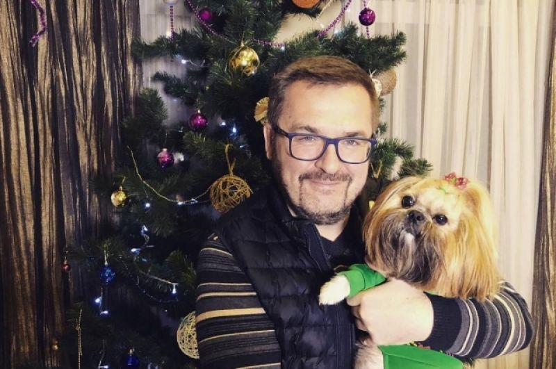 Александр Пономарев также отметился также фотографией со своим домашним любимцем и поздравил поклонников с праздником.