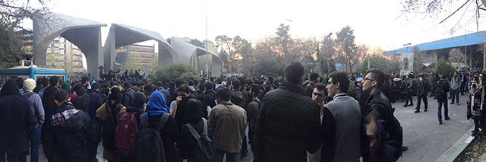 Люди на площади перед Тегеранским университетом.