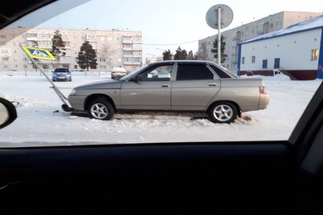 В Ноябрьске рядом с почтой лихач снёс знак «Пешеходный переход»