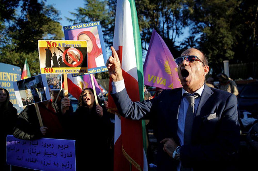 Митингующие у посольства Ирана в Риме.
