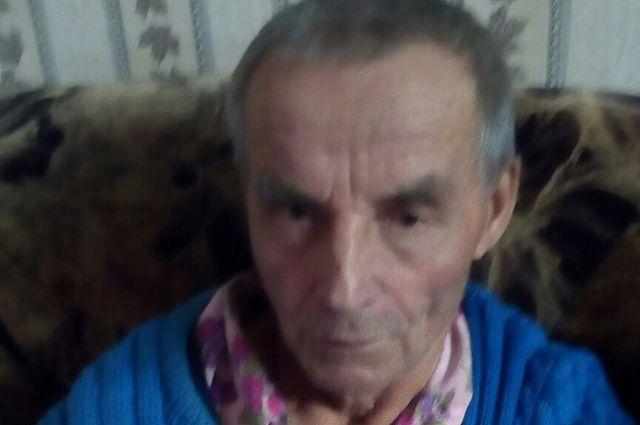 Пенсионер был одет в чёрную куртку, тёмно-коричневые трико, чёрную зимнюю кепку. Приметы Николая Степановича: рост чуть выше 160 см, глаза тёмно-карие, волосы седые.