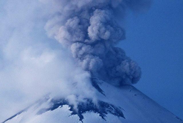 Вулкан Ключевской наКамчатке продолжает выбрасывать пепел
