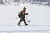 В основном на лёд выходят рыбаки.