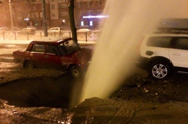 УТеатральной площади пробился наружу «ржавый фонтан»