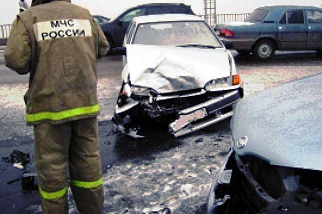 В Тюмени лихач на «Нексии» наехал на препятствие, собрав четыре машины