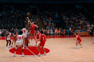 Чтобы снять эффектную картинку баскетбольных матчей, техники-операторы создали специальную камеру.