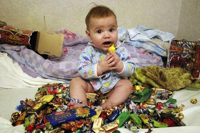 Малышу трудно справиться со всеми новогодними сладкими подарками.